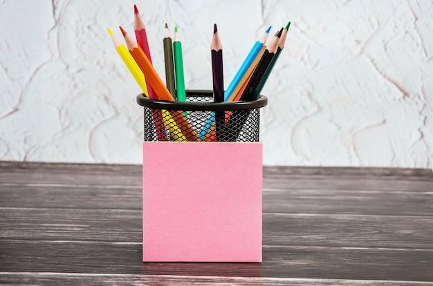 ガラスと空白のステッカーの色鉛筆