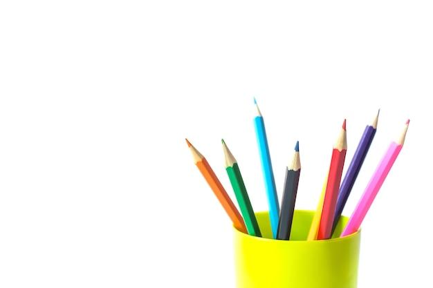 孤立した白い背景の上のガラスの色鉛筆