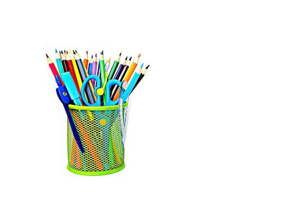 Цветные карандаши в стакане на белом изолированном фоне
