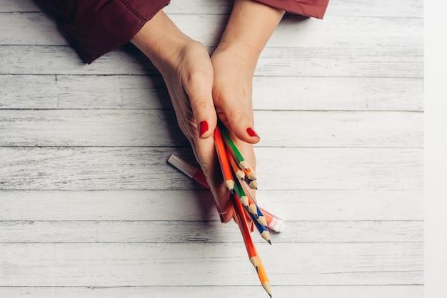 한 나무에 여성 손에 색연필
