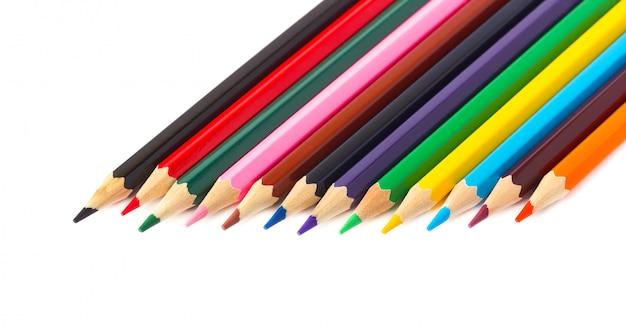 Цветные карандаши, изолированные на белом пространстве. карандаши для рисования, с траекторией