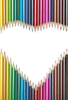 Цветные карандаши, выложенные в форме сердца