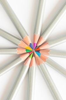 円形に並んだ色鉛筆。白色の背景
