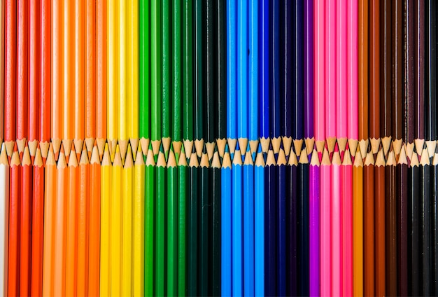 다양 한 색상, 색 배경의 색연필.