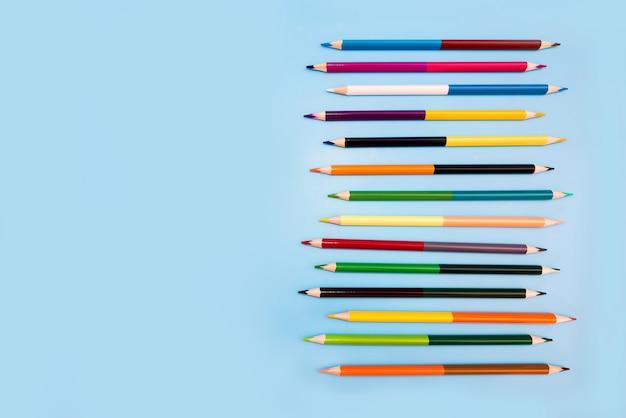 コピースペースと青い背景の色鉛筆