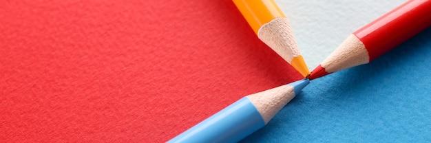 포인트와 함께 연결된 여러 가지 빛깔의 배경에 색연필
