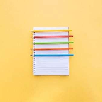 Цветные карандаши на ноутбуке