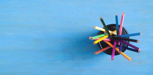 青色の背景に色鉛筆。