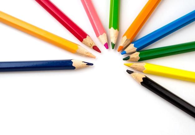 Цветные карандаши на белом фоне. канцелярские товары