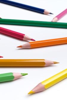 Цветные карандаши на белом столе