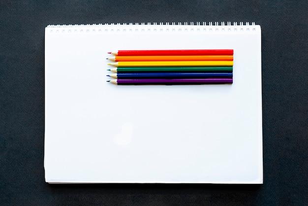 Lgbtの旗のように描かれ、白いカードにある色鉛筆