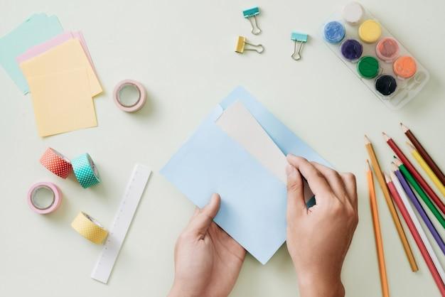Цветные карандаши, карандаш, скрепки и блокнот, школьные принадлежности, снова в школу, школьные и офисные принадлежности