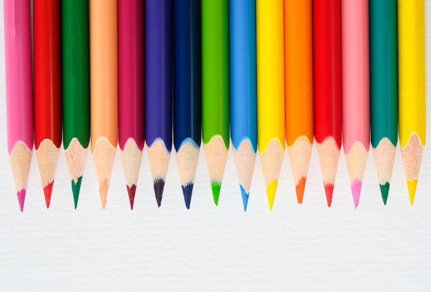 Цветные карандаши белые концепции творчества