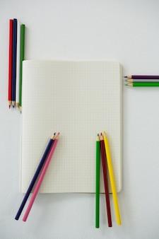 本と色鉛筆