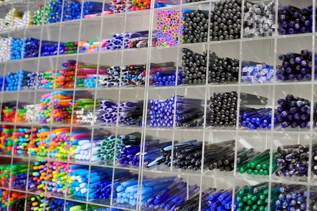상점의 선반에 색연필, 연필, 마커. 사무용품 및 문구류. 선반에 배열 된 다채로운 펜입니다. 아트 스토어에 있는 여러 가지 빛깔의 펜. 예술, 워크샵, 공예, 창의성 개념.