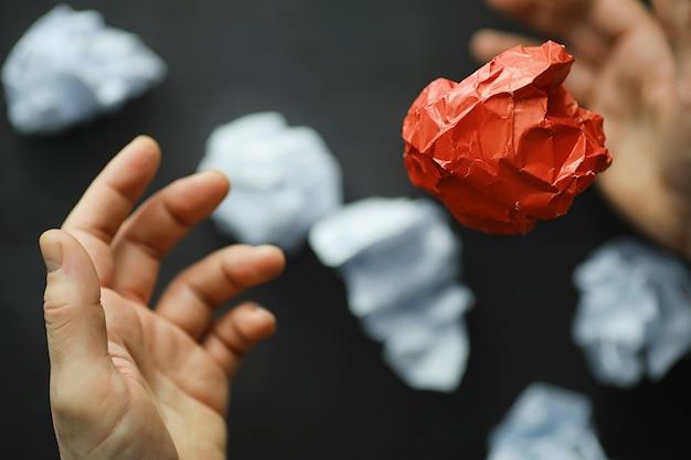 Цветные бумажки. понятие о творчестве и формировании идей. креативное мышление. летающая бумага.