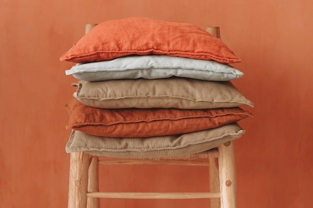 붉은 벽에 나무 의자에 누워 자연 환경 재료로 만든 컬러 베개