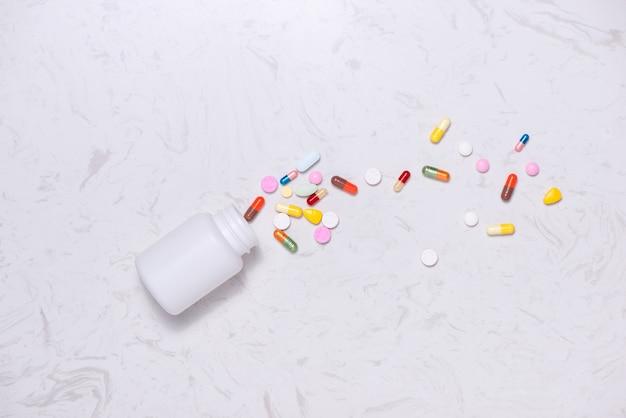 테이블에 병 색된 약입니다. 플랫 레이.