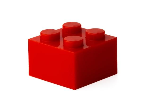 Цветные пластиковые игрушки строительный блок, изолированные на белом фоне