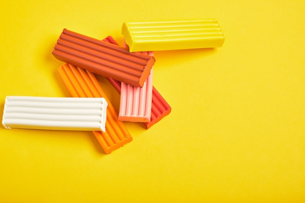 Цветной пластилин на желтом фоне копией пространства
