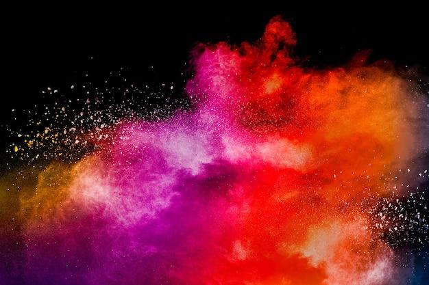 Взрыв цветного порошка. абстрактная пыль крупным планом на фоне. красочный взрыв. раскрасьте холи.