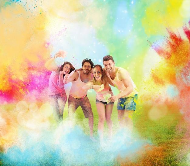 幸せな男の子と女の子と一緒に着色された粉末