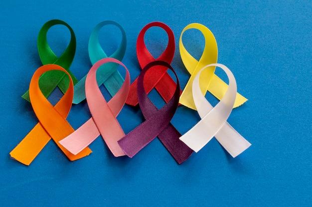 Цветные банты из лент, представляющие кампании по профилактике рака