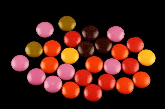 Цветные круглые шоколадные конфеты или жевательная резинка