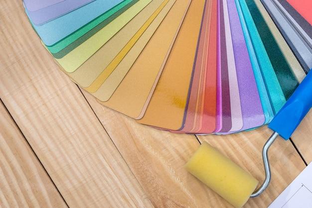 페인트 롤러가있는 재료의 컬러 샘플
