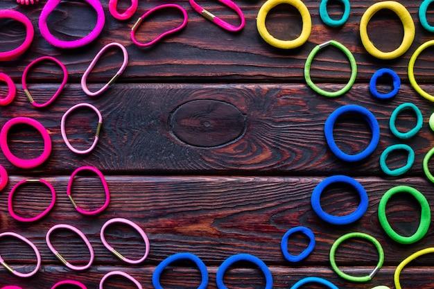 Цветные резинки для волос на деревянном фоне