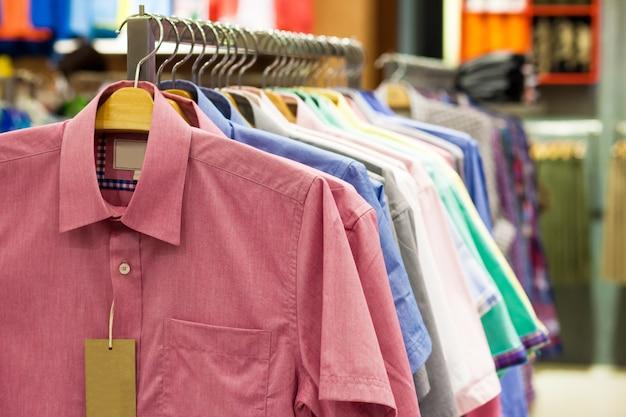 お店のハンガーに色のシャツ