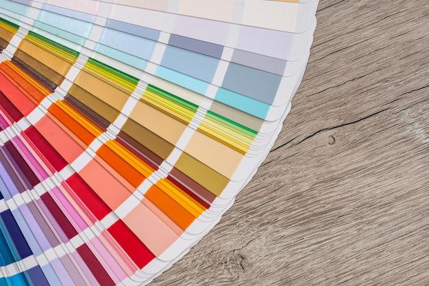 Цветные образцы на фоне деревянного стола.