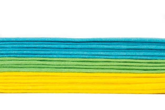 Цветная одежда из губки, изолированные на белом фоне