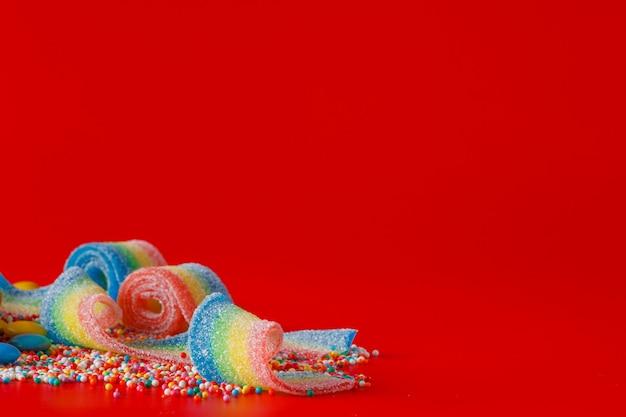 Цветная сладкая лента на просторном пространстве