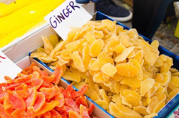 砂糖漬けの果物の色の甘いスライス。市場にある様々なドライフルーツと東洋のお菓子