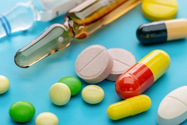 Цветные таблетки, капсулы и уколы для лечения. фармацевтическая индустрия.