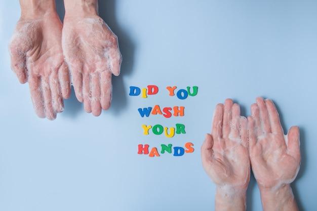 色付きのテキストは、青い背景の泡で手の横に手を洗いましたか