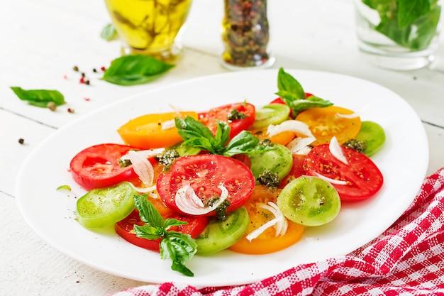 タマネギとバジルのペストのカラートマトサラダ。