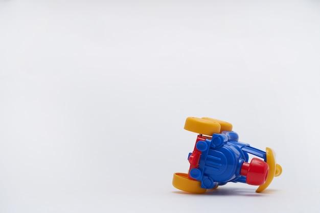 着色されたおもちゃの車が事故で衝突した。おもちゃの道路でクラッシュ