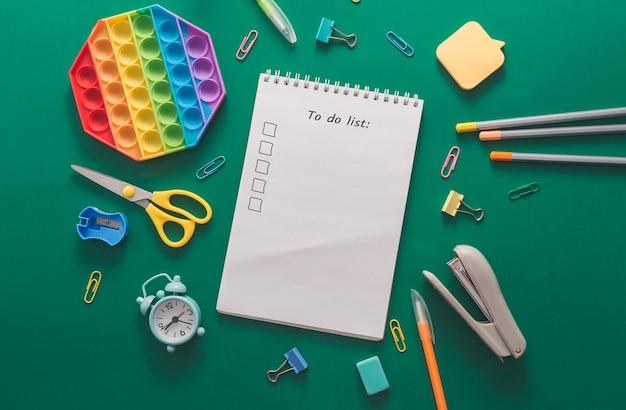 Раскрашивал различные школьные принадлежности и будильник на зеленом бумажном фоне, возвращаясь в школу и ...