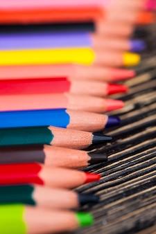 描画と創造性のための異なる色のリードを持つ色付きの木製の鉛筆、子供に安全な自然の環境に優しい素材で作られた鉛筆をクローズアップ