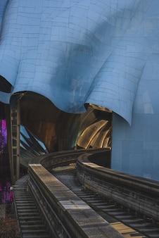 日光の下でスカイレールが通過するカラフルな抽象的な建築