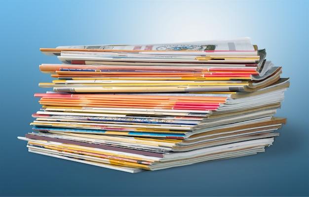 積み重ねられた雑誌のカラフルな抽象的な背景画像。