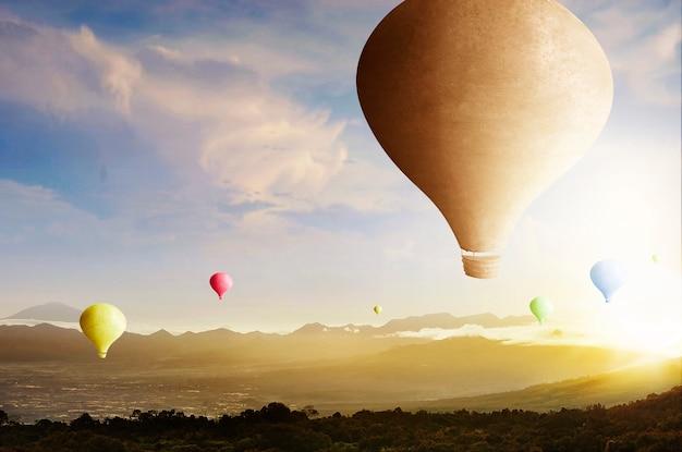 夕焼け空を背景に飛んでいるカラフルな気球