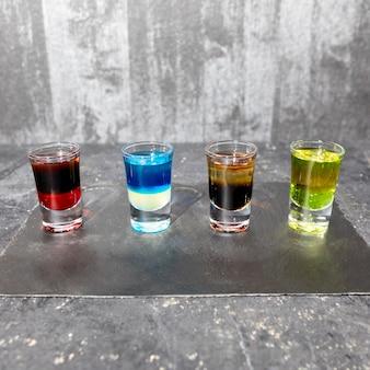 Красочные алкогольные водочные коктейли на сером фоне