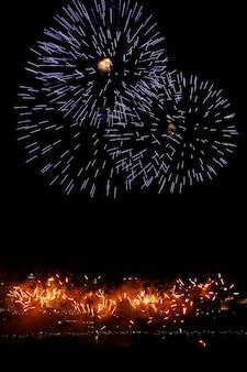 Красочный и светящийся фейерверк в парке века, шанхай, китай