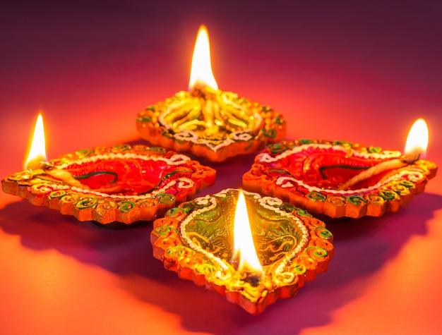 Красочные и сверкающие глиняные лампы diya освещены для фестиваля индуистских дивали