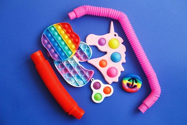 파란색 배경에 다채로운 스트레스 방지 감각 안절부절 장난감