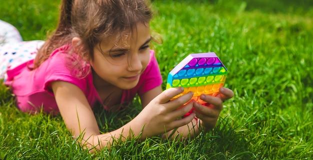 다채로운 안티 스트레스 감각 장난감 fidget 푸시 팝 아이 손에. 선택적 초점. 자연.