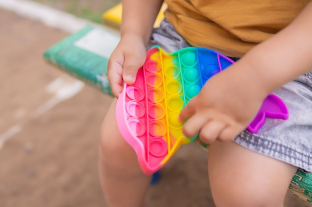 Красочная антистрессовая сенсорная игрушка fidget push pop it в руках малышей антистресс модная pop it игрушка радужная сенсорная непоседа новая модная силиконовая игрушка в форме дельфина